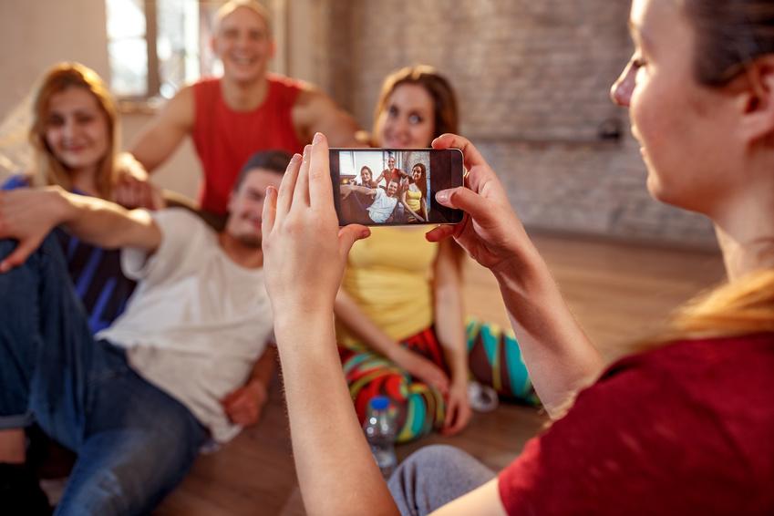 SMS Sprueche Freunde mit Smartphone
