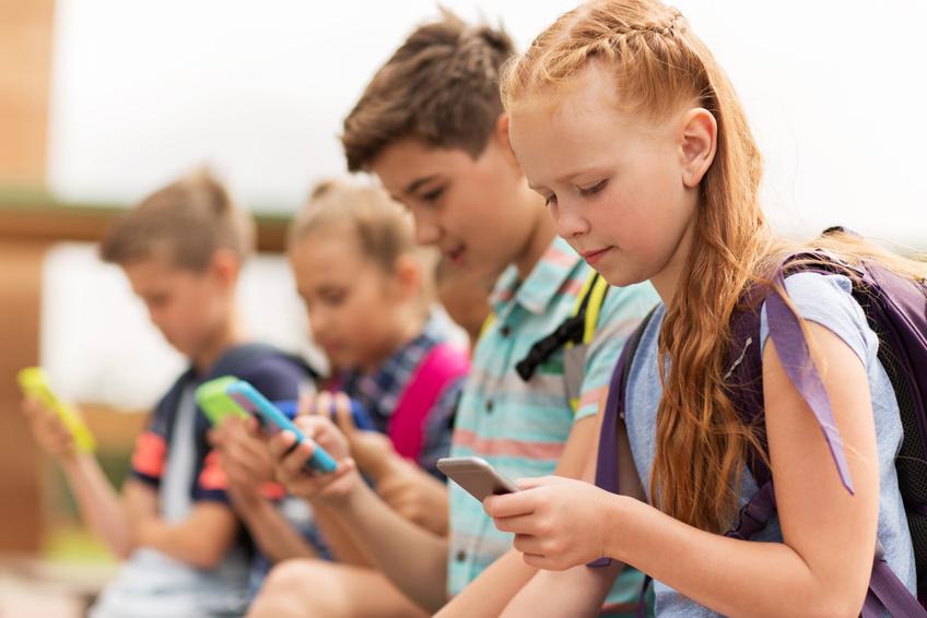 Kinder um Umgang mit Smartphones